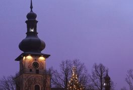 Vánoční vigilie, troubení koled z věže kostela