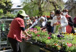 Otevření farmářských trhů přilákalo davy návštěvníků